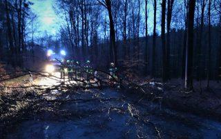 Sturmtief Burglind beschäftigt die Feuerwehr Meinerzhagen vor allem in den Morgenstunden