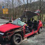 Fahrer nach schwerem Verkehrsunfall eingeklemmt - PKW kollidiert mit LKW