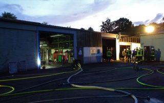 Feuerwehr löscht Brand einer KFZ-Werkstatt in Valbert
