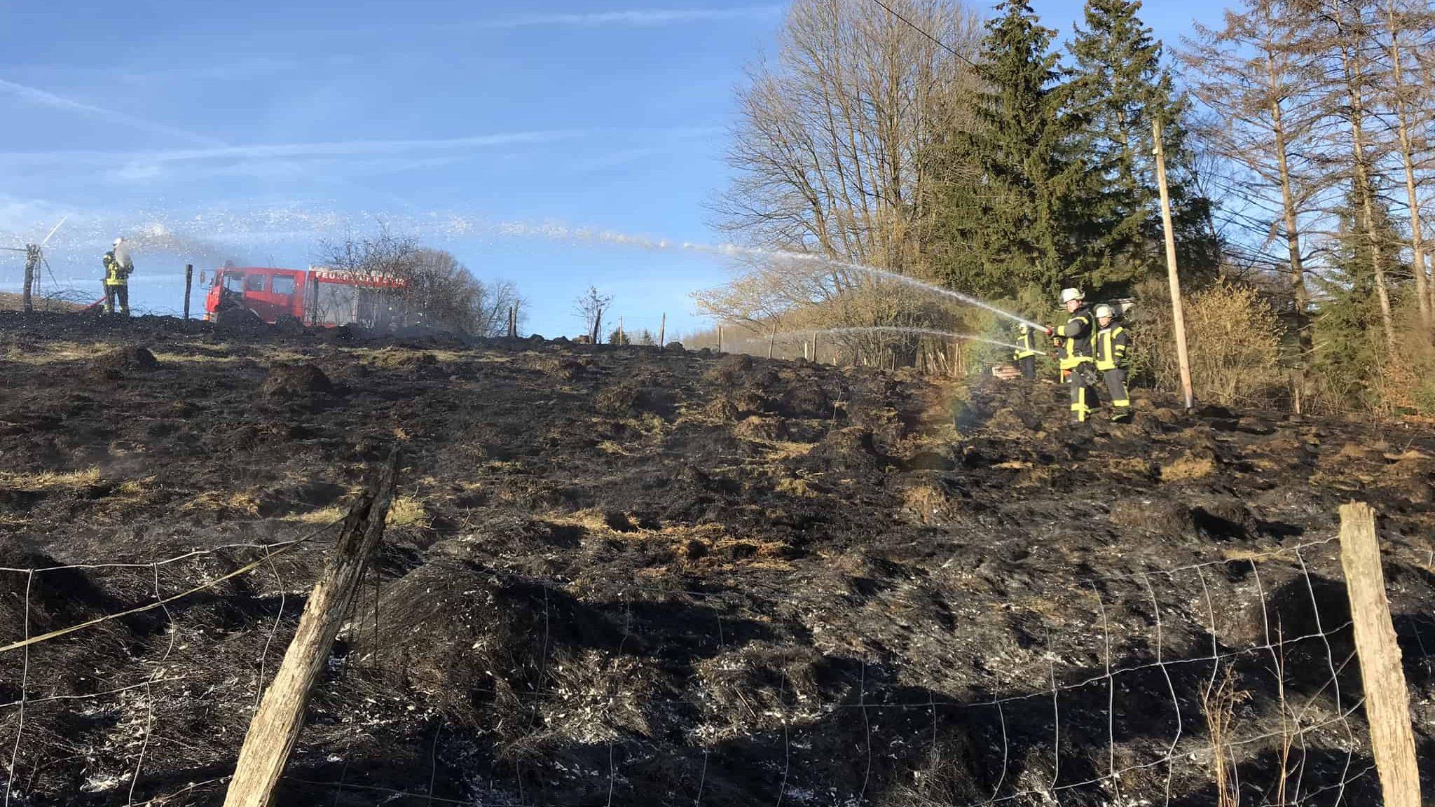 Feuerwehr löscht Flächenbrand in Herringhausen