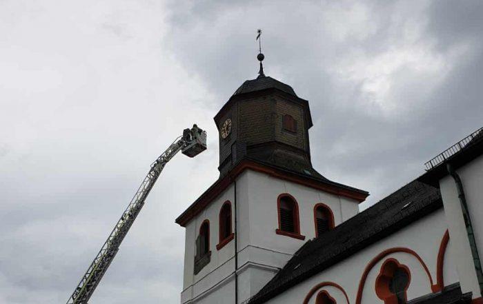 Blitz schlägt in die Jesus-Christus-Kirche ein
