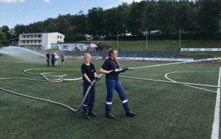 """""""Wasserschlacht"""" im Stadion - Jugendfeuerwehr unterstützt den RSV Meinerzhagen"""