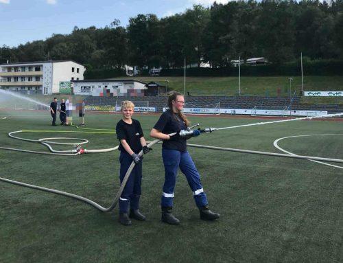 """""""Wasserschlacht"""" im Stadion – Jugendfeuerwehr unterstützt den RSV Meinerzhagen"""