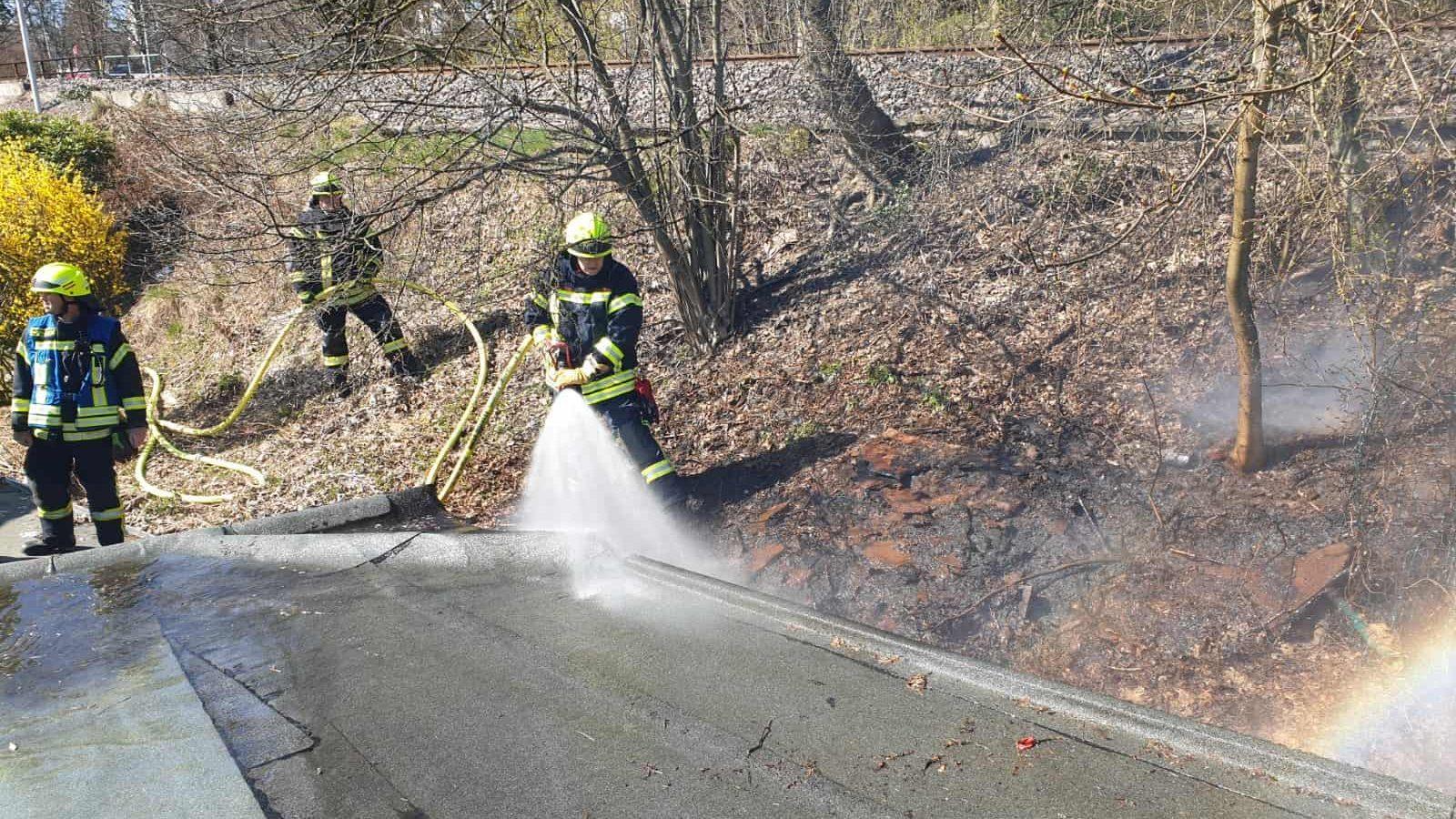 Böschungsbrand in der Bahnhofstr. ruft Feuerwehr auf den Plan