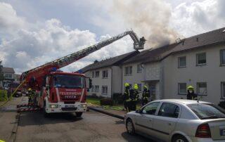 Dachstuhlbrand im Mehrfamilienhaus